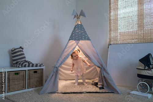 Girl playing in the teepee Fototapeta