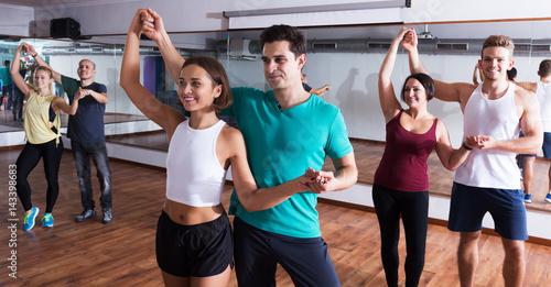Dancing couples learning salsa Fototapet