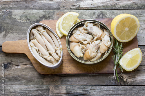 Can of preserved with clams on a plate on a rustic wooden table Fototapet