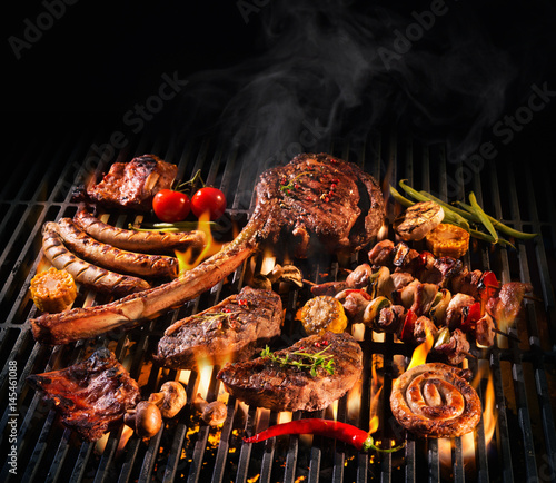 Fotografia Assorted delicious grilled meat on a barbecue