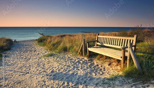 Fototapeta premium pusta ławka na plaży