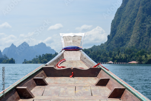 Photo The prow of a boat floating on river