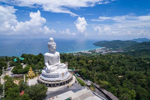 Naklejki na meble Biała Buddha statua na górze góry z niebieskim niebem w Phuket