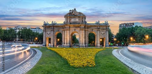 Fototapeta premium Panorama Puerta de Alcala w Madrycie, Hiszpania, o zachodzie słońca