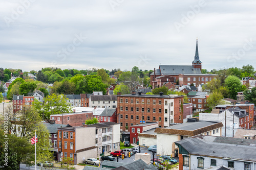 Carta da parati Aerial of historic downtown Lancaster, Pennsylvania with blooming trees