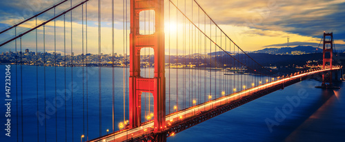 Photo Famous Golden Gate Bridge at sunrise