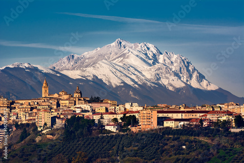 Obraz na plátne The city of Chieti and behind the mountain of Gran Sasso