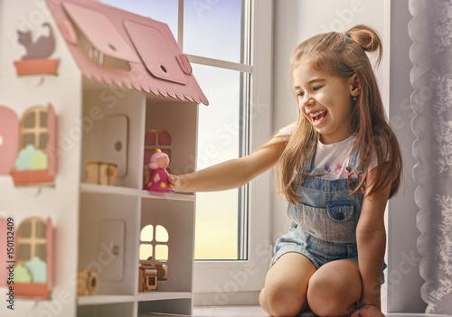 Obraz na płótnie girl plays with doll house