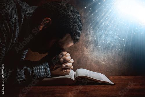 Fotografia Men praying to God