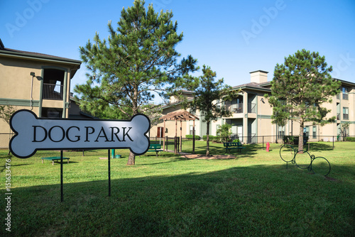 Fotografia Community on-site dog park at the grassy backyard of a typical apartment complex building in suburban area at Humble, Texas, US