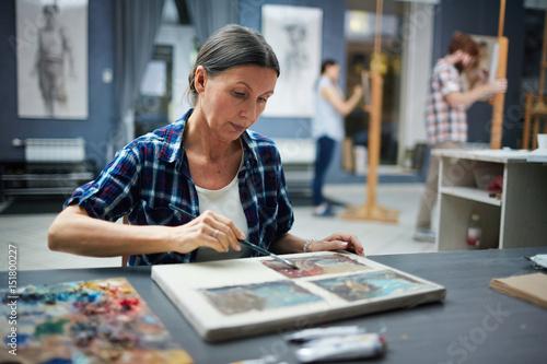 Foto Portrait of mature student working in art studio painting pictures looking focus
