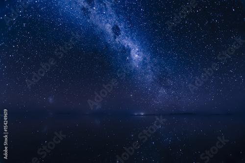 Photo Milky Way reflects surface of water at Uyuni Salt flats in Bolivia