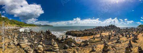 Foto Stacked balancing rocks on the beach between Cairns and Port Douglas, Australia