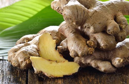 Fresh ginger root on wooden background Fototapet