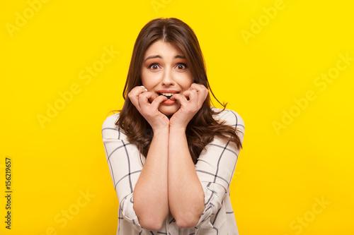 Stampa su Tela Scared girl posing on yellow