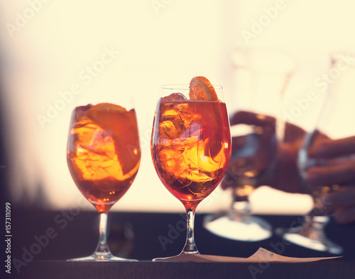 Photo Two glasses of spritz cocktail
