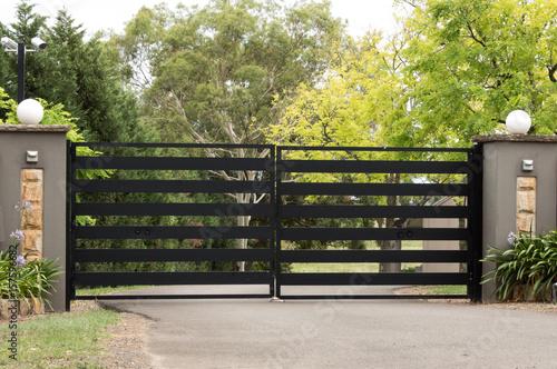 Cuadros en Lienzo Black metal driveway entrance gates set in brick fence
