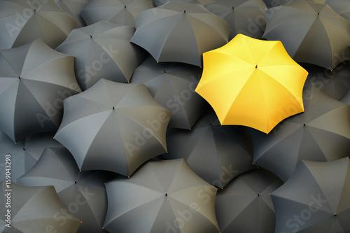 Plakat Unikalny żółty parasol wyróżniający się z szarego tłumu