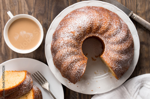 Valokuva Sponge cake with coffee with milk