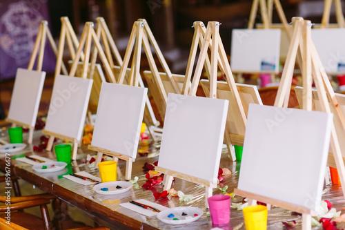 Fényképezés painting at art school.