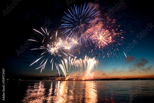 Photo Holiday fireworks above water with reflection on the black sky background