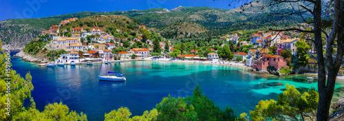Fototapeta premium kolorowa seria Grecja - kolorowe Assos z piękną zatoką. Wyspa Kefalonia