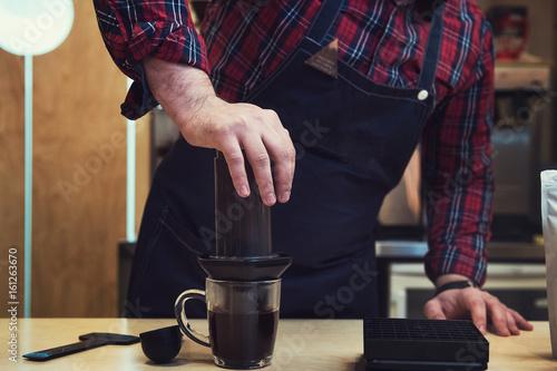 Fotomural Barista brewing aeropress coffee