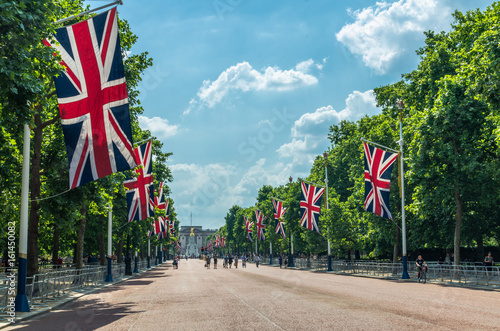 Canvas Print Tourists on The Mall heading towards Buckingham Palace, London
