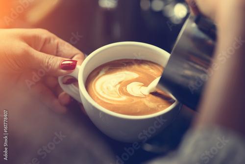Wie man Lattekunst durch Barista Fokus in der Milch und im Kaffee in der Weinles Fototapete