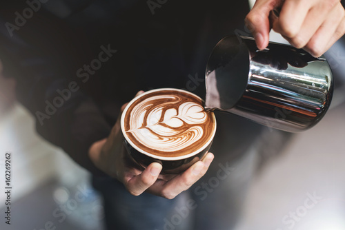 Foto Barista macht Kaffeetasse Latte Kunst