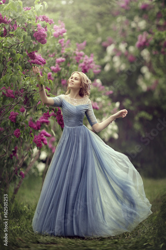 Fotografia Beautiful woman in blue dress outdoor