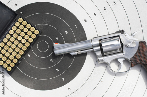 Fotografia gun with 9mm bullets on the target