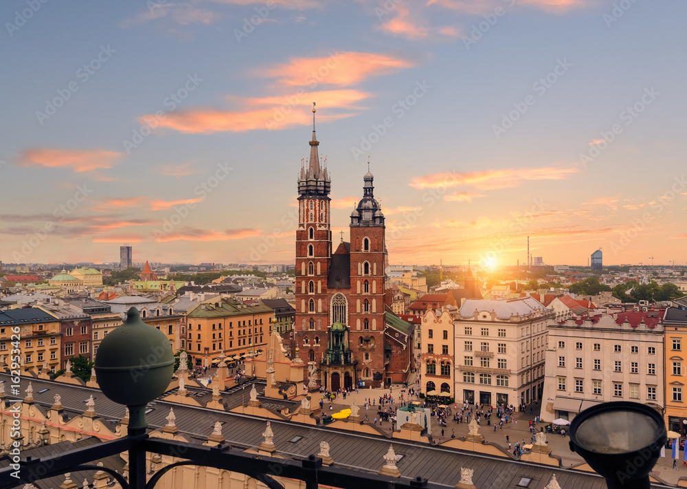 Krakowski rynek po zachodzie słońca, Polska. <span>plik: #162953426   autor: velishchuk</span>