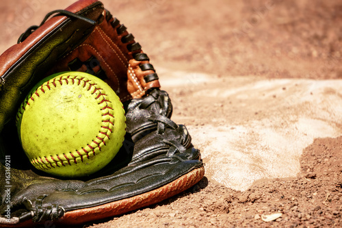 Softball mit Handschuh an der Base