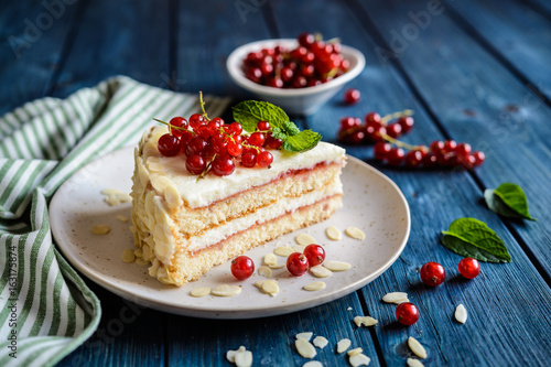 Canvas-taulu Delicious cake with mascarpone, whipped cream, red currant and almond slices