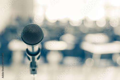 Fotografia Microphone speaker in school lecture hall, seminar meeting room or educational b
