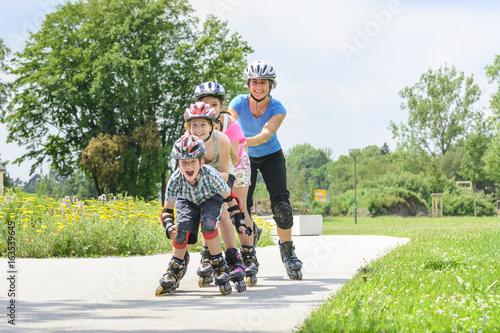 fröhlicher Zug aus Inline-Skatern
