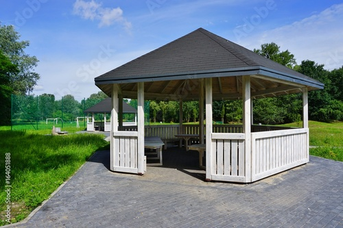 Fotomural Wooden bower, gazebo in parks  - Relax and unwind - Grilling