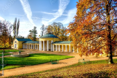 Foto Spa architecture - colonnade of cold mineral water spring Ferdinand - autumn in