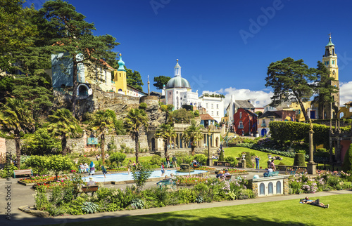 Fotografia Tourists at Central Piazza of Portmeirion Village in North Wales, UK
