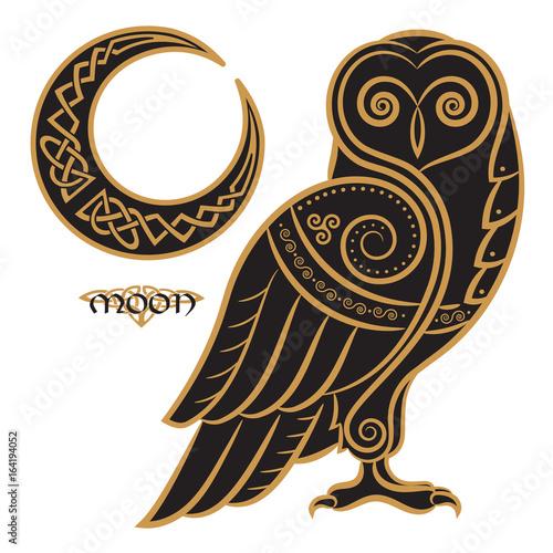 Fototapeta premium Sowa ręcznie rysowana w stylu celtyckim, na tle ornamentu celtyckiego księżyca