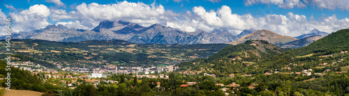 Foto The city of Gap in the Hautes Alpes with surrounding mountains and peaks in Summer