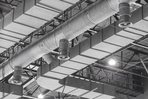 Fotografía HVAC Duct Cleaning, Ventilation pipes in silver insulation material hanging from the ceiling inside new building