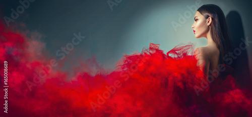 Fotografía Gorgeous brunette model woman in red dress posing in studio