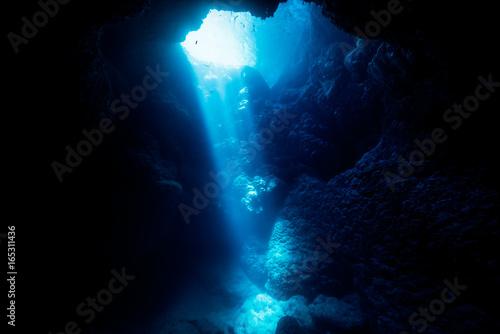 Obraz na plátně Sunbeam into the cave