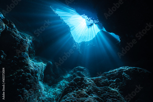Fotografie, Tablou Rays of sunlight into the underwater cave