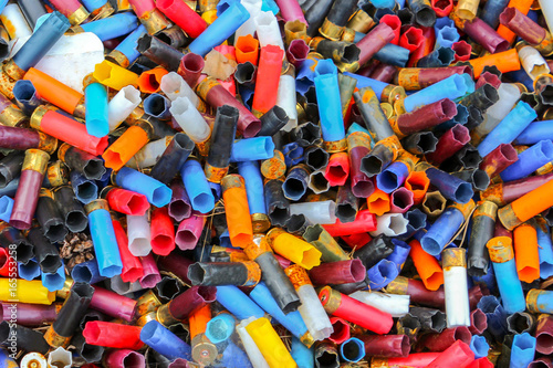 Fotografia Many shotgun shells of various colors, background texture pattern with empty fired cartridges