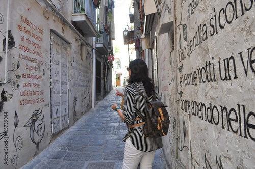 Wallpaper Mural Salerno - Vicolo del centro storico - Poesie murales