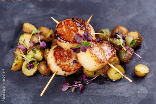 Photo Grilled scallops with roasted young potatoes