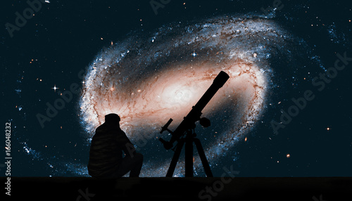 Photo Man with telescope looking at the stars